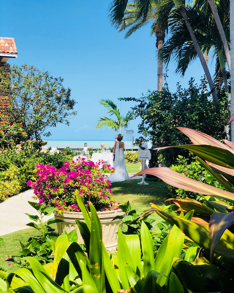 Sandals Grande Antigua Resort & Spa_Couple getting married.