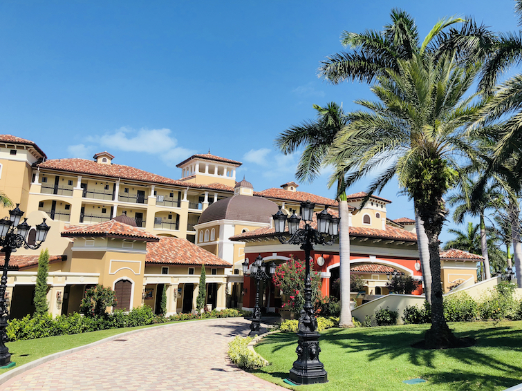 Sandals Grande Antigua Resort & Spa: Mediterranean Oceanview Village driveway.