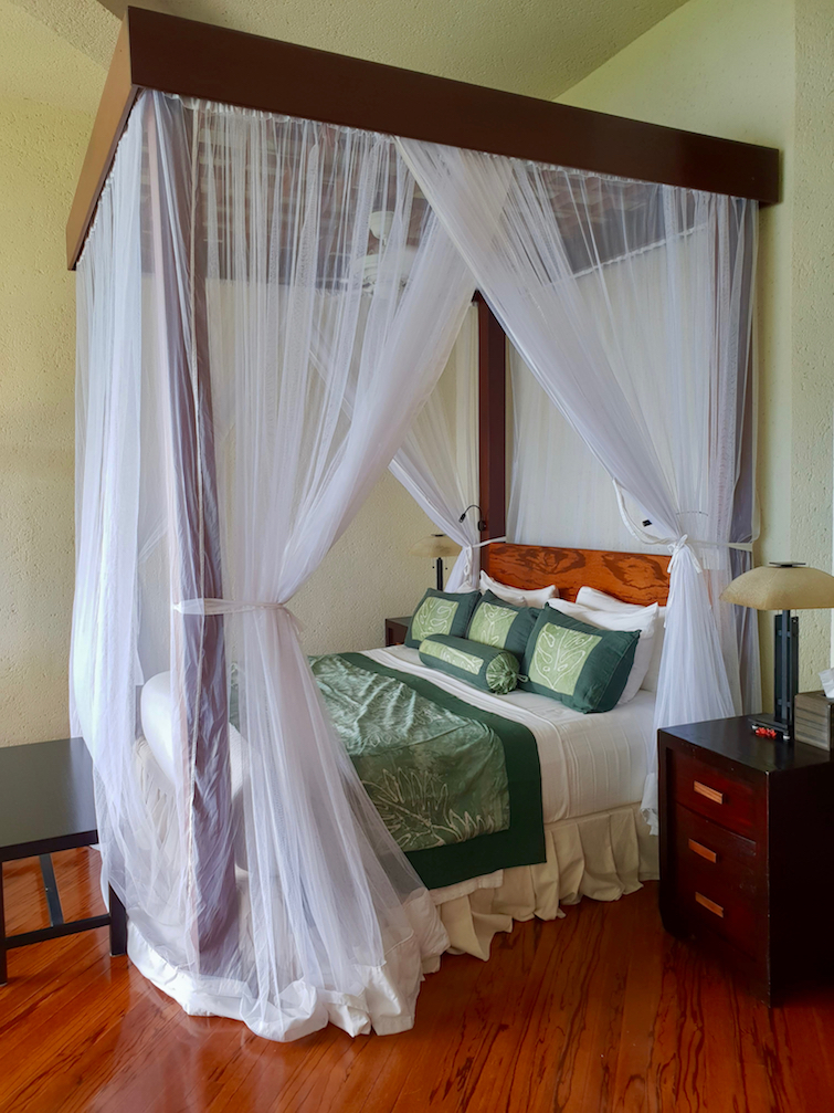 Jade Mountain Resort St Lucia: Sanctuary JE2 King size bed with canopy.