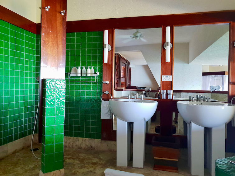 Jade Mountain Resort St Lucia: Sanctuary JE2 double sink and shower.