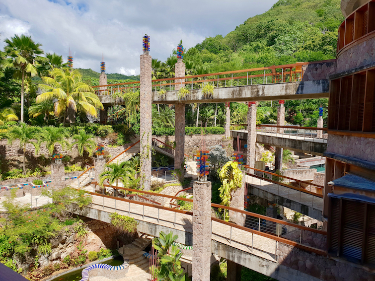 Jade Mountain Resort in Saint Lucia: Bridge walkways to various sanctuaries.